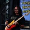 [FOTO] Roby Freakenstein Bermain Gitar