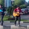 Bantu korban banjir, musisi Aceh mengamen di Simpang Lima