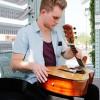 Fender mengeluarkan Gitar Akustik Lipat