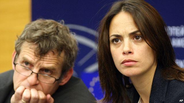 Aktris Perancis Berenice Bejo dan sutradara Belgia Lucas Belvaux dalam jumpa pers di parlemen Eropa di Strasbourg, Perancis (11/6), setelah pertemuan dengan para pejabat Uni Eropa untuk meminta layanan audiovisual tidak diikutsertakan dalam negosiasi perdagangan bebas UE-AS.