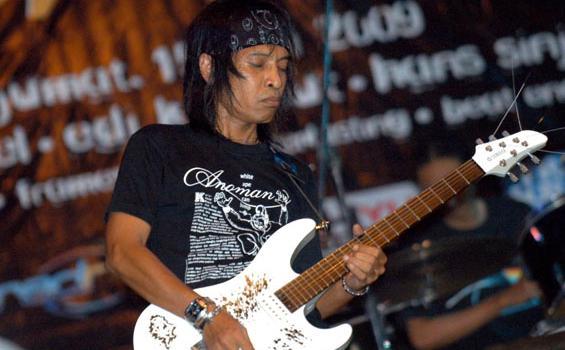 Gitaris-Toto-Tewel